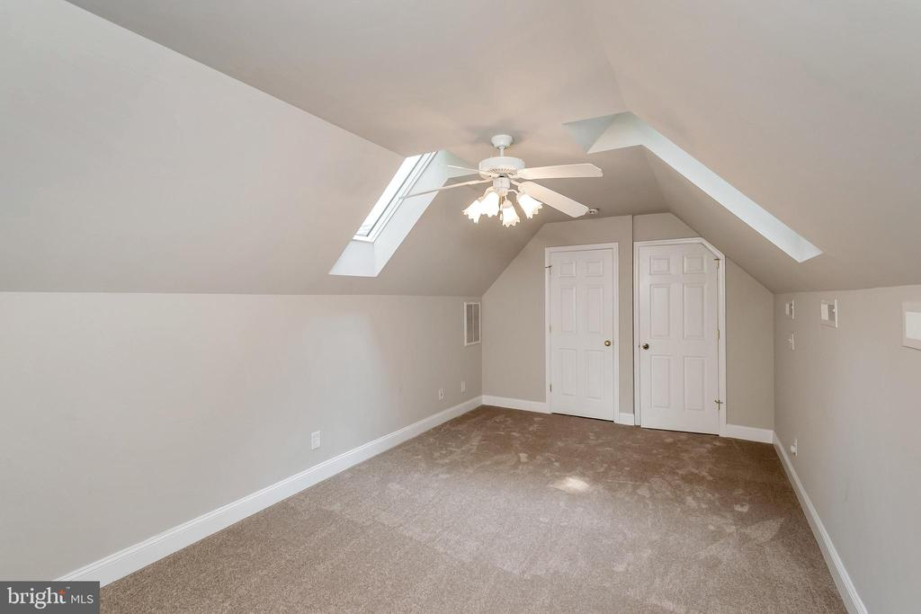 Bonus room or 4th bedroom upstairs with sky lights - 308 WILDERNESS DR, LOCUST GROVE