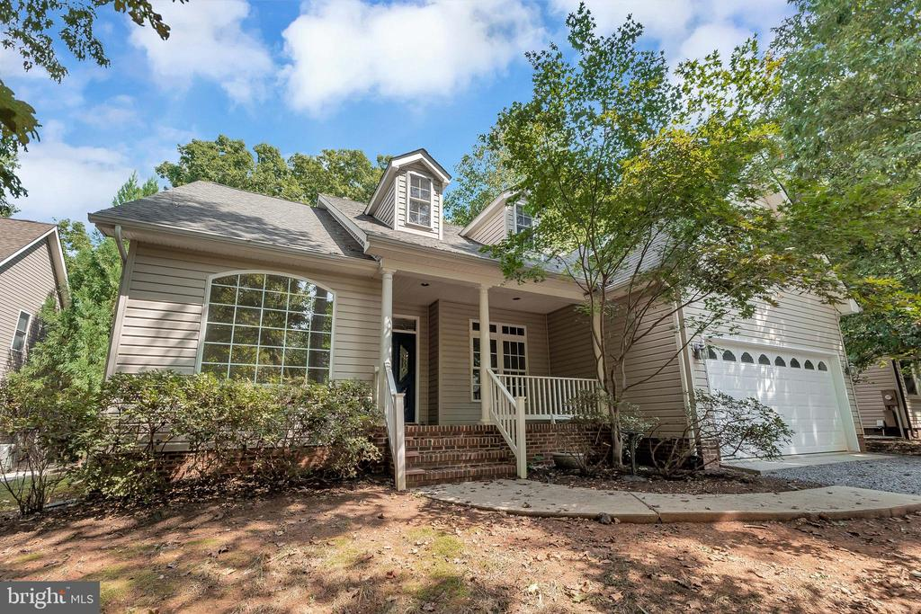 Home offers fabulous curb appeal - 308 WILDERNESS DR, LOCUST GROVE