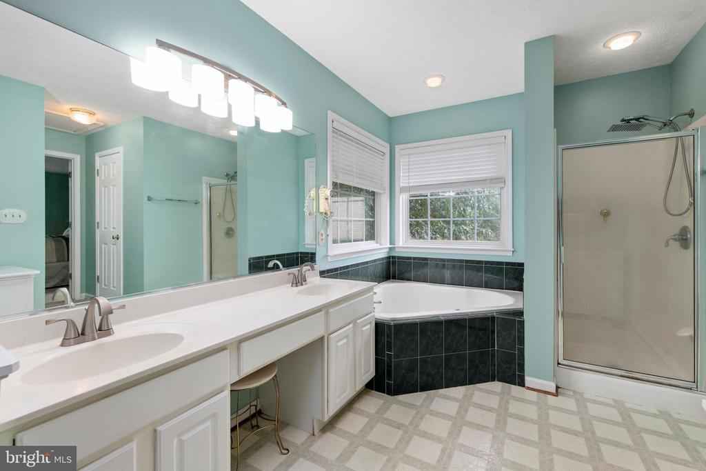 Double Sinks & Soaking Tub! - 3612 E GLEN DOWER DR, FREDERICKSBURG