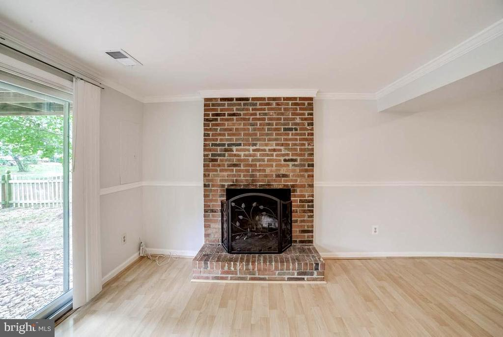 Family room w/wood burning fireplace - 44076 FERNCLIFF TER, ASHBURN