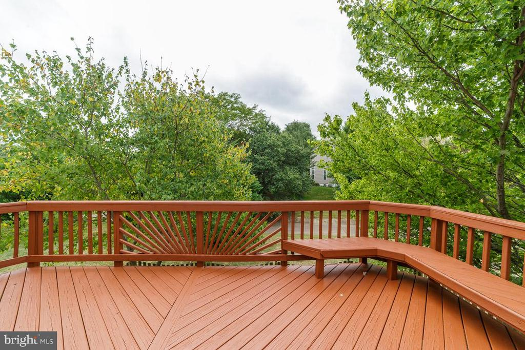 Nice deck with seating - 44076 FERNCLIFF TER, ASHBURN