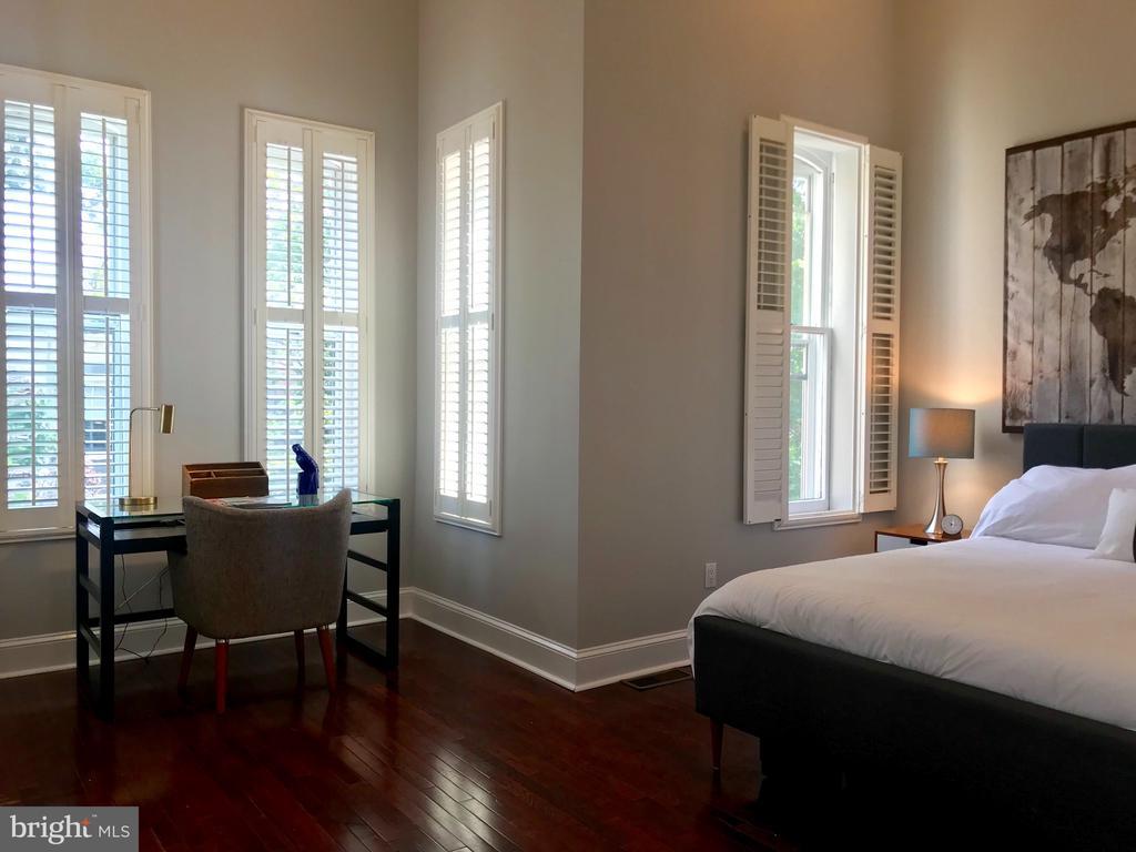 The ensuite master bedroom. - 17 6TH ST SE, WASHINGTON