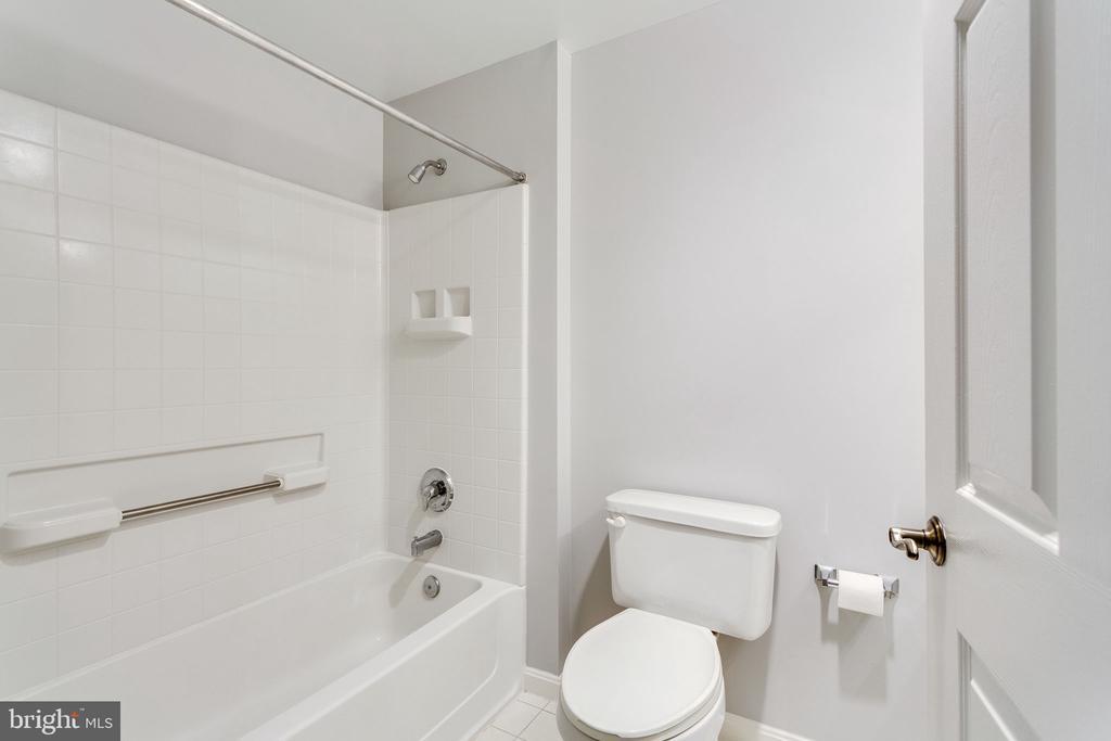Tub/shower combo in the guest bathroom - 19365 CYPRESS RIDGE TER #418, LEESBURG