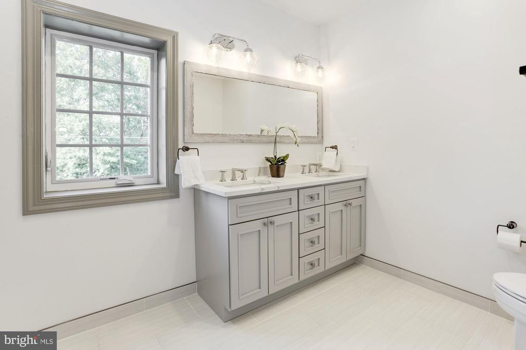 Spacious hall bath w/ dual vanity - 3601 VAN NESS ST NW, WASHINGTON