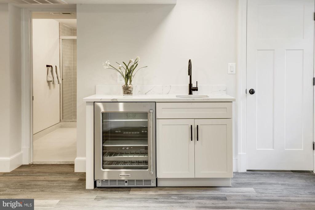 Wet bar with beverage refrigerator - 3601 VAN NESS ST NW, WASHINGTON