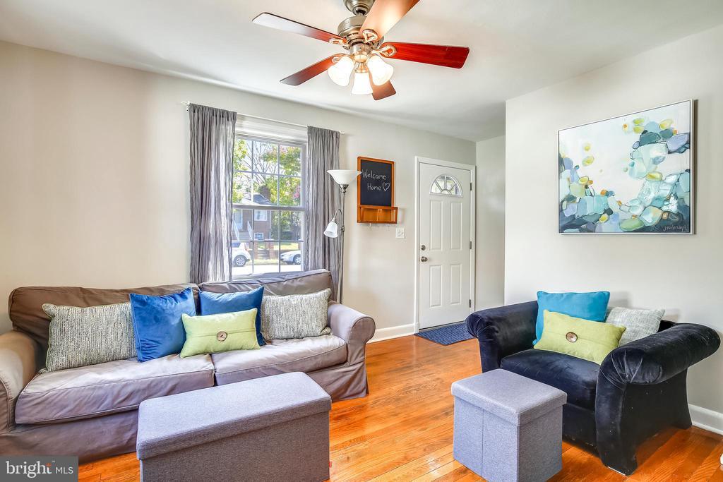 Light filled Formal Living Room - 2142 S OXFORD ST, ARLINGTON