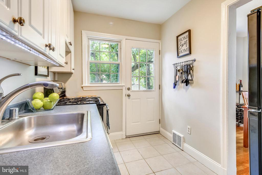Opens to formal dining room for easy entertaining - 2142 S OXFORD ST, ARLINGTON