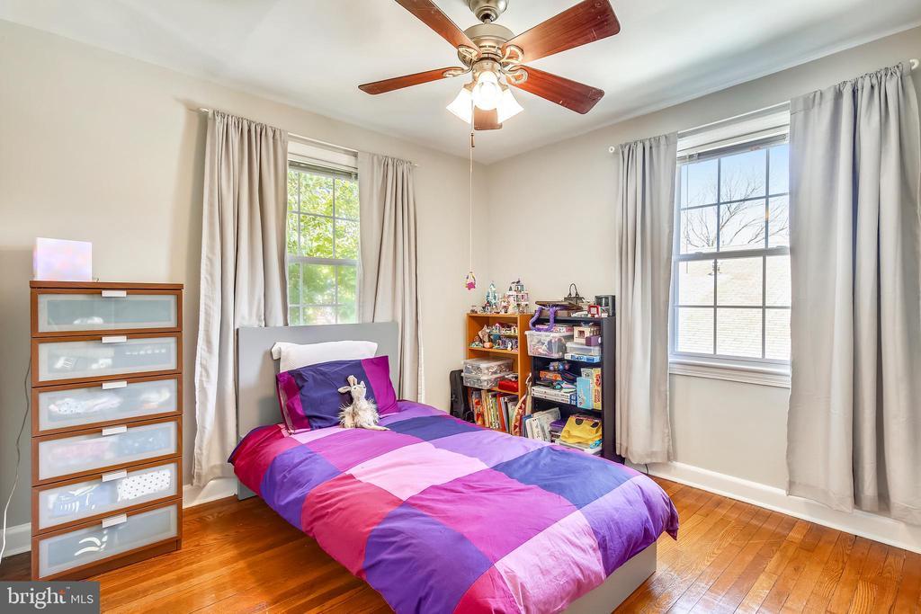 Large second bedroom - 2142 S OXFORD ST, ARLINGTON