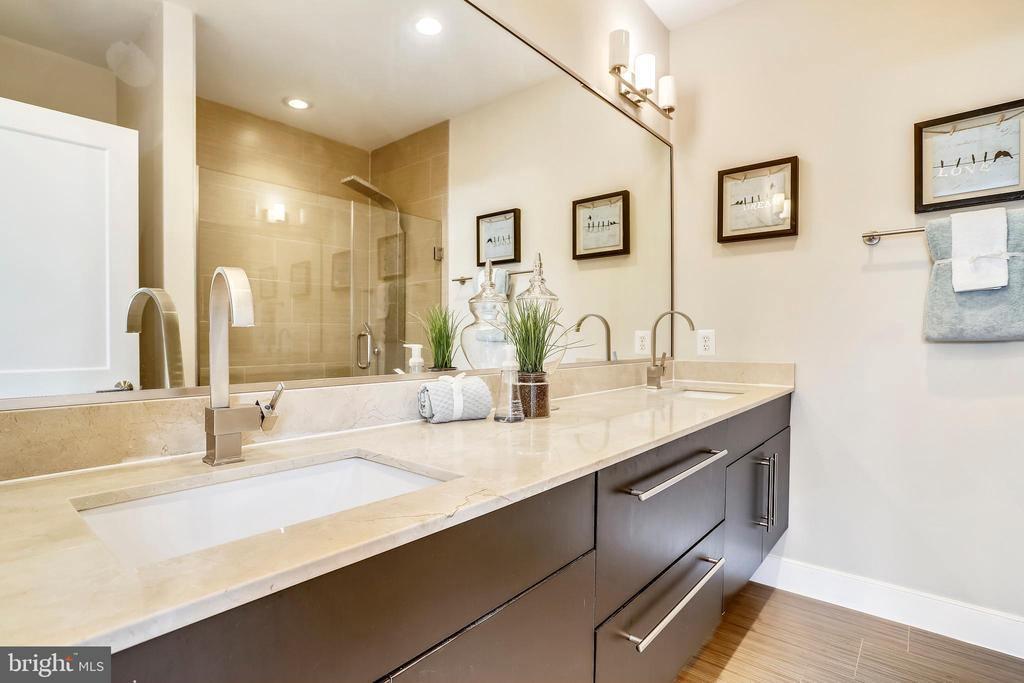 The ensuite master bath. - 1400 K ST SE #2, WASHINGTON