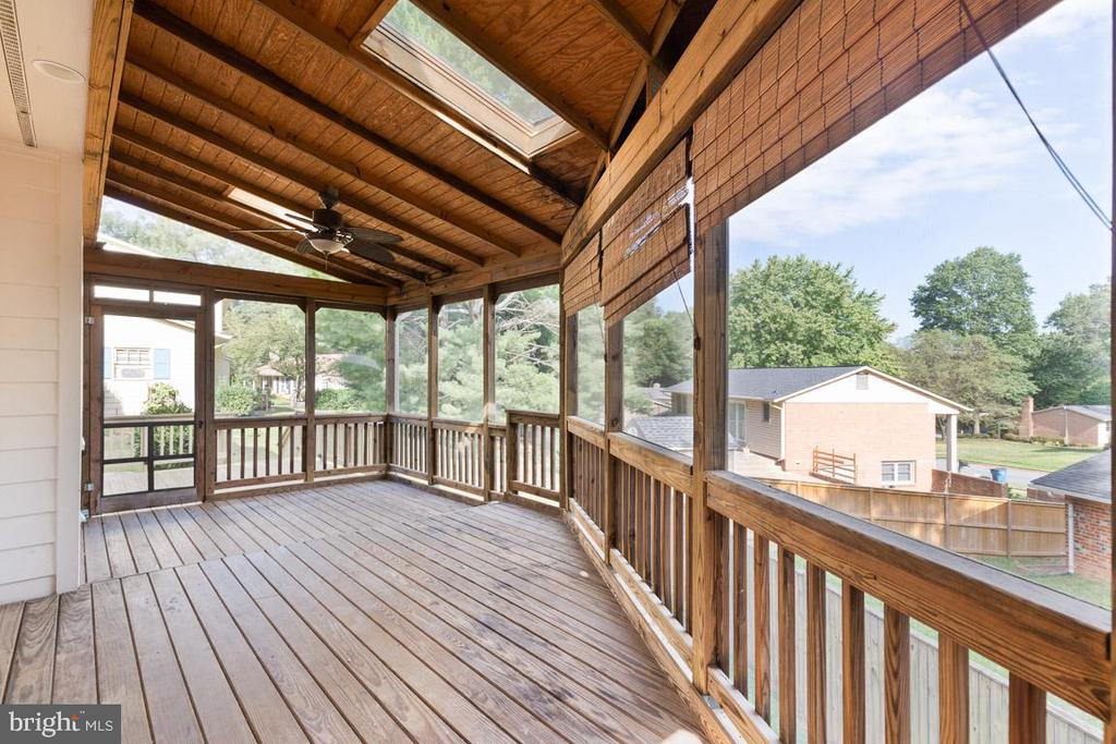 Relax on the screened porch - 5304 KAYWOOD CT, FAIRFAX
