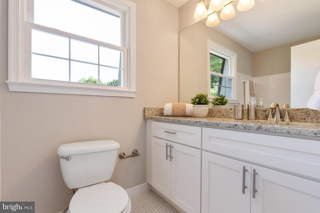 Updated hall bathroom - 5304 KAYWOOD CT, FAIRFAX