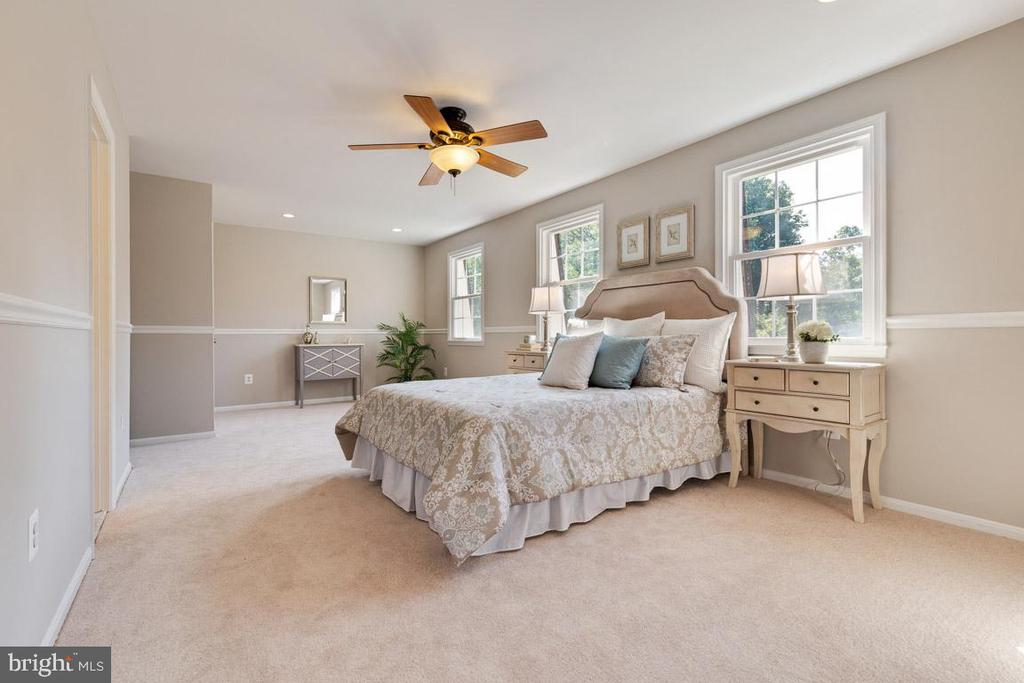 Gorgeous master suite! Walk-in and standard closet - 5304 KAYWOOD CT, FAIRFAX