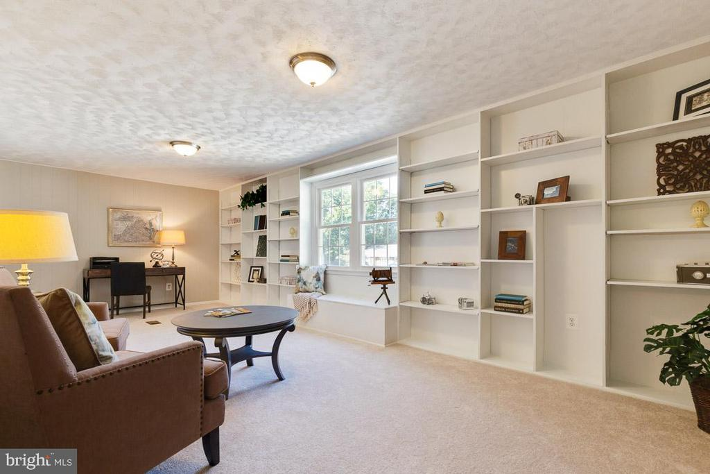 Fantastic office, study, studio with built-ins - 5304 KAYWOOD CT, FAIRFAX