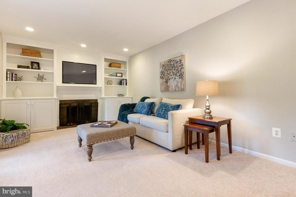 Built-in shelves are perfect to personalize - 5304 KAYWOOD CT, FAIRFAX