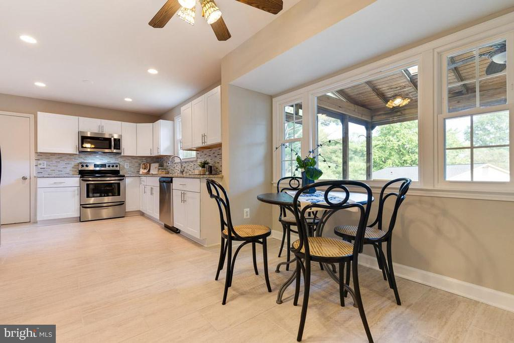 Renovated eat-in kitchen! - 5304 KAYWOOD CT, FAIRFAX