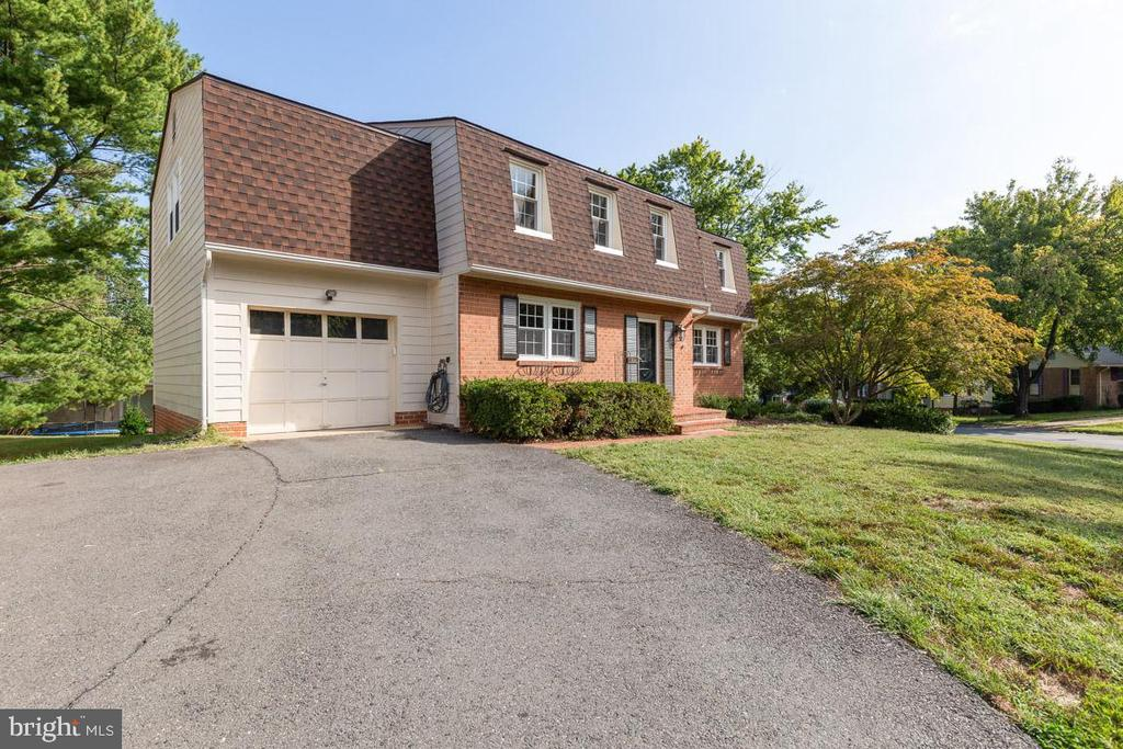 1-car garage parking and double driveway. - 5304 KAYWOOD CT, FAIRFAX