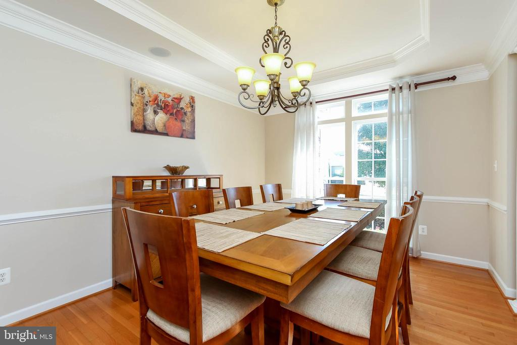 DINING ROOM WITH CHAIR RAIL AND CROWN MOLDING - 5401 ADAMSTOWN COMMONS DR, ADAMSTOWN