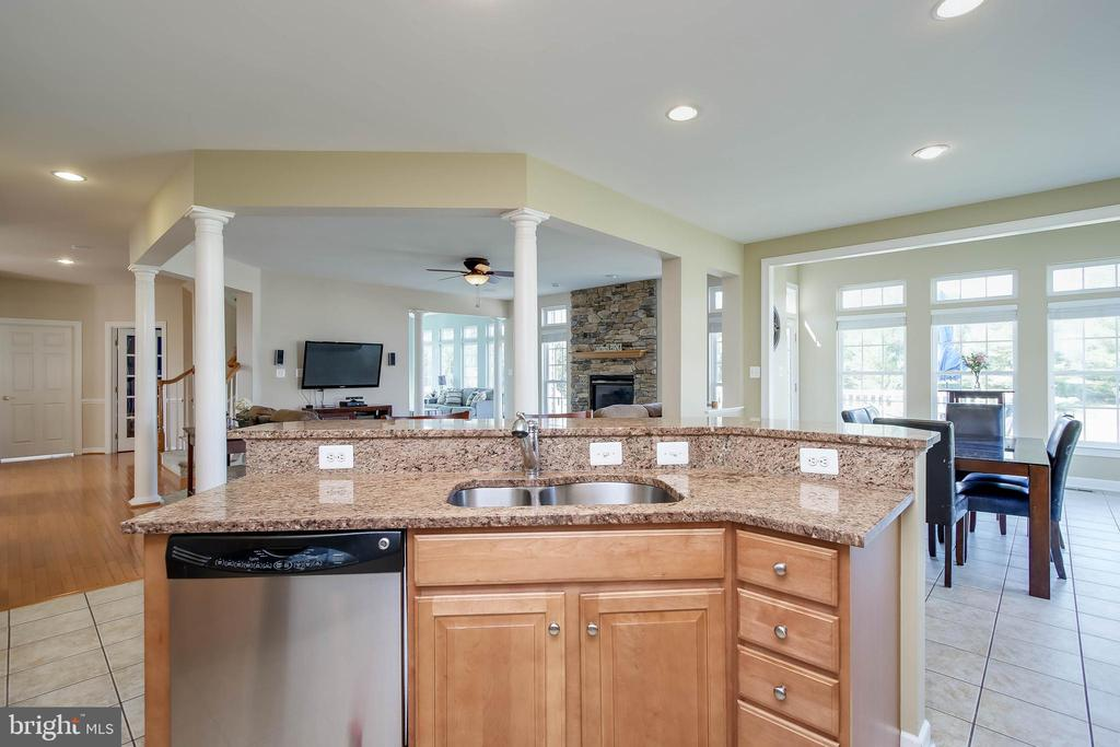 KITCHEN W/ GRANITE AND STAINLESS STEEL APPLIANCES - 5401 ADAMSTOWN COMMONS DR, ADAMSTOWN