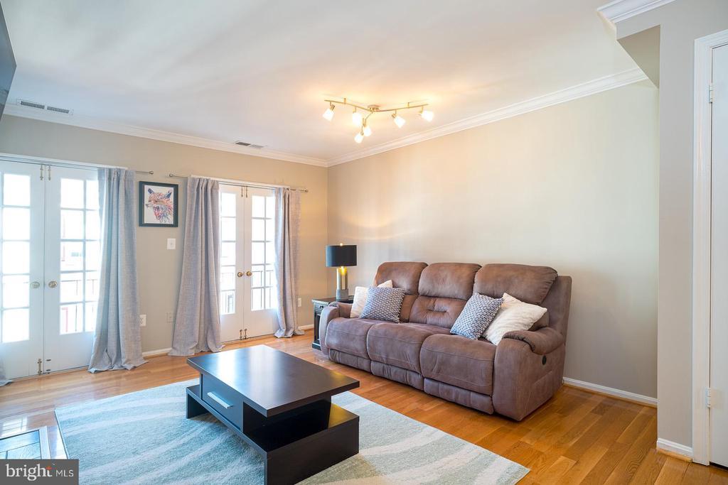 Living Room w/ Gorgeous Hardwood Floors - 1952 N CLEVELAND ST #1, ARLINGTON