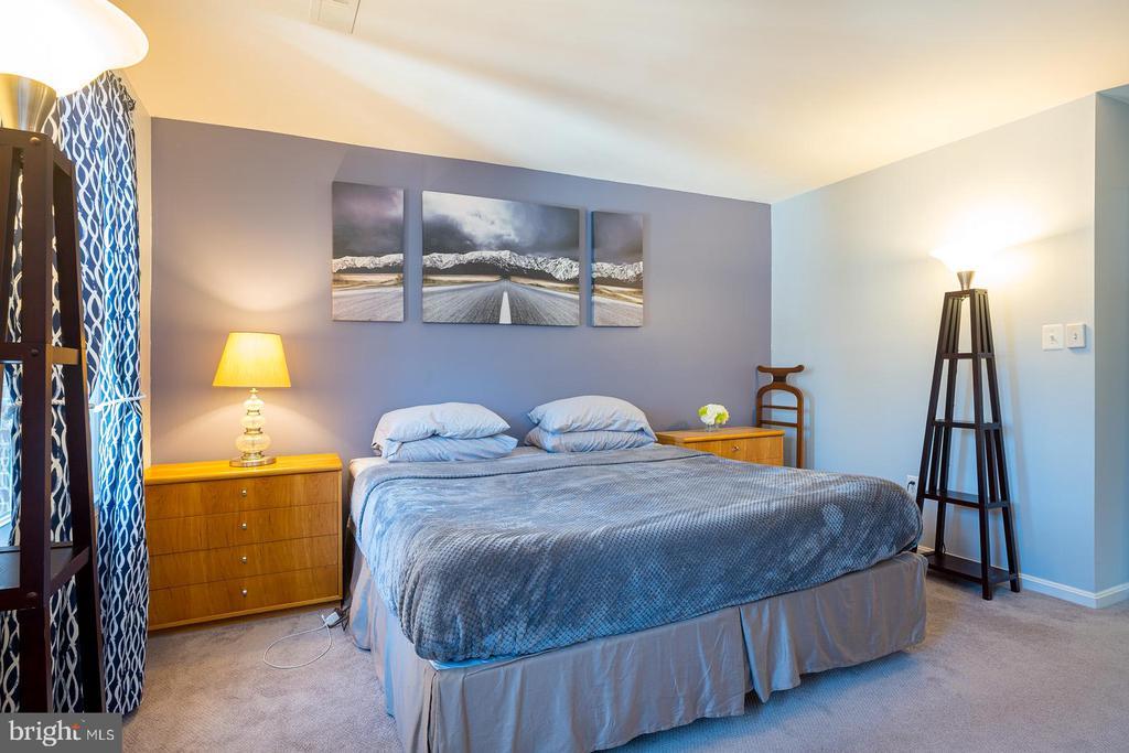 Second Level Master Suite - 1952 N CLEVELAND ST #1, ARLINGTON