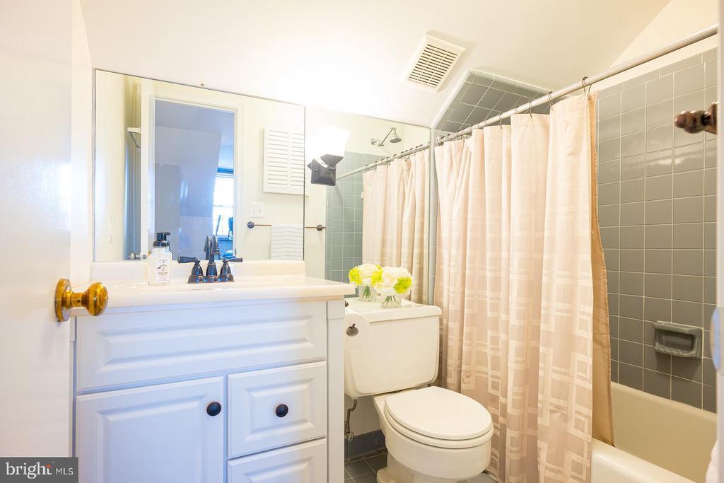 Third Floor Full Bathroom - 1952 N CLEVELAND ST #1, ARLINGTON