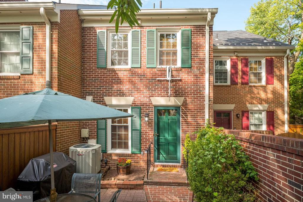 Private Terrace Entry - 1952 N CLEVELAND ST #1, ARLINGTON