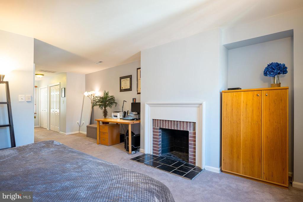 Second Level Master Suite w/ Fireplace - 1952 N CLEVELAND ST #1, ARLINGTON