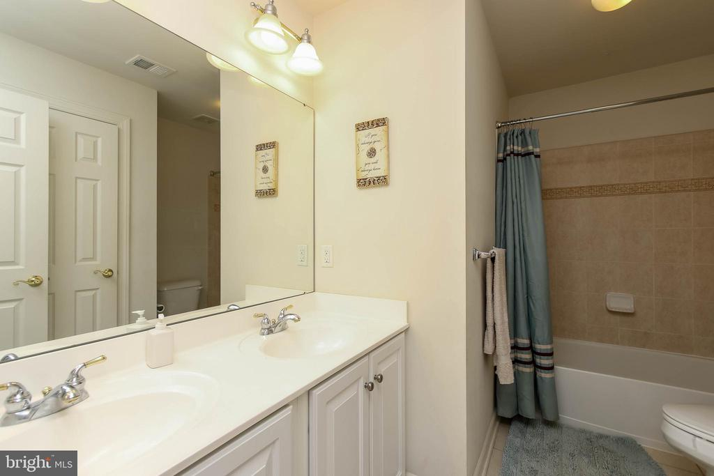 FULL BATH W/ DOUBLE VANITY - 5401 ADAMSTOWN COMMONS DR, ADAMSTOWN