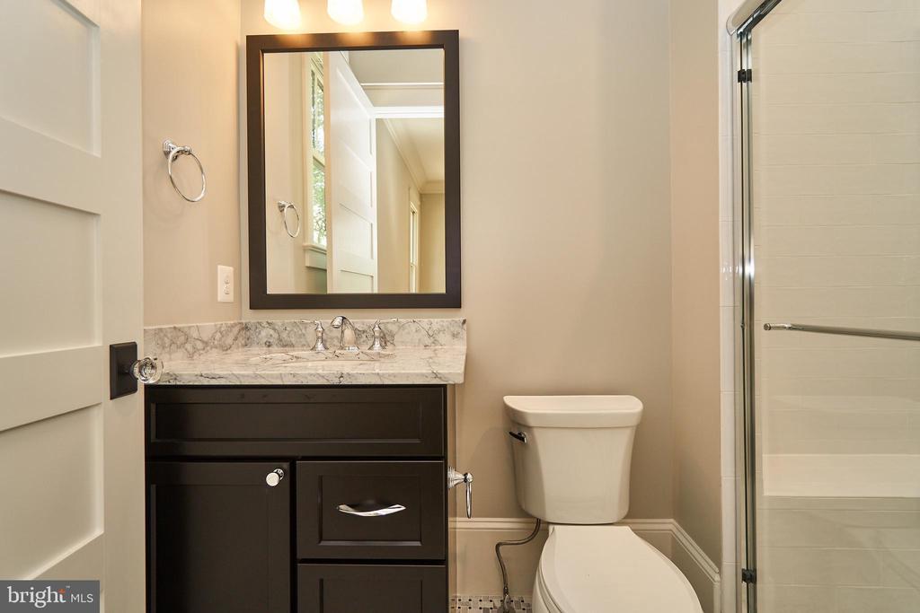 First floor guest suite bathroom. - 3616 N UPLAND ST, ARLINGTON