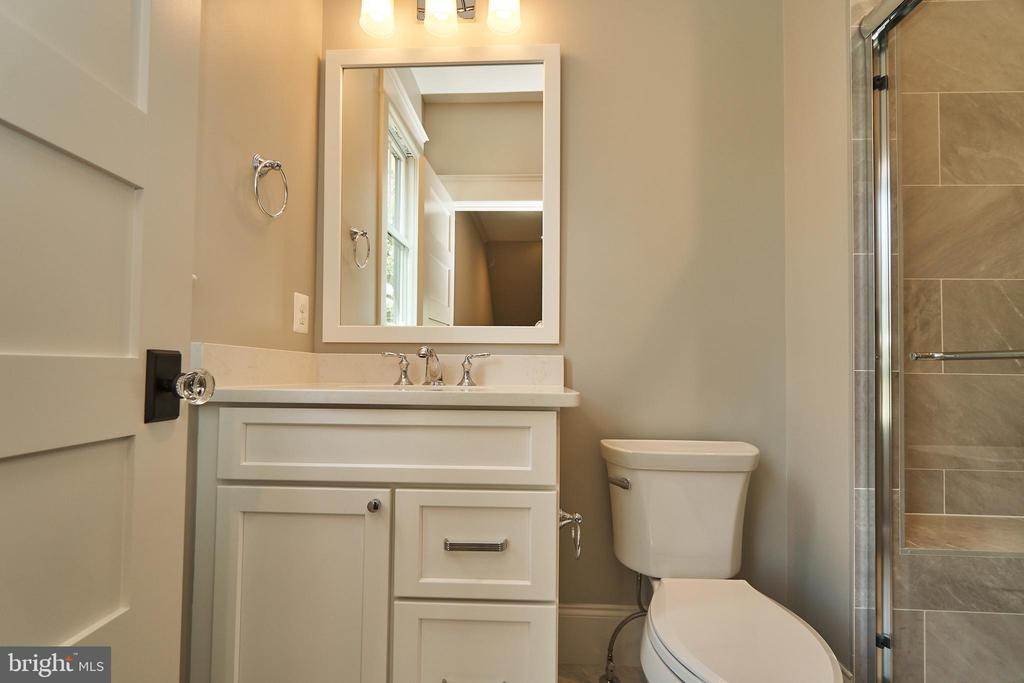 Bedroom 2 en suite bathroom. - 3616 N UPLAND ST, ARLINGTON