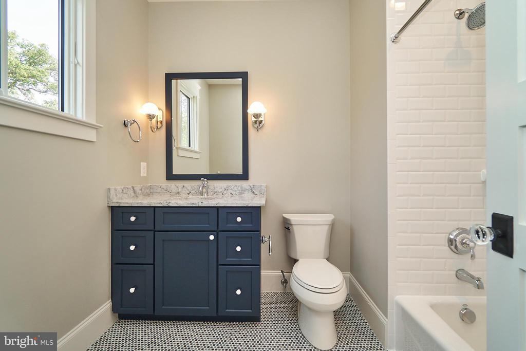 Bedroom 4, 2nd floor en suite bathroom. - 3616 N UPLAND ST, ARLINGTON