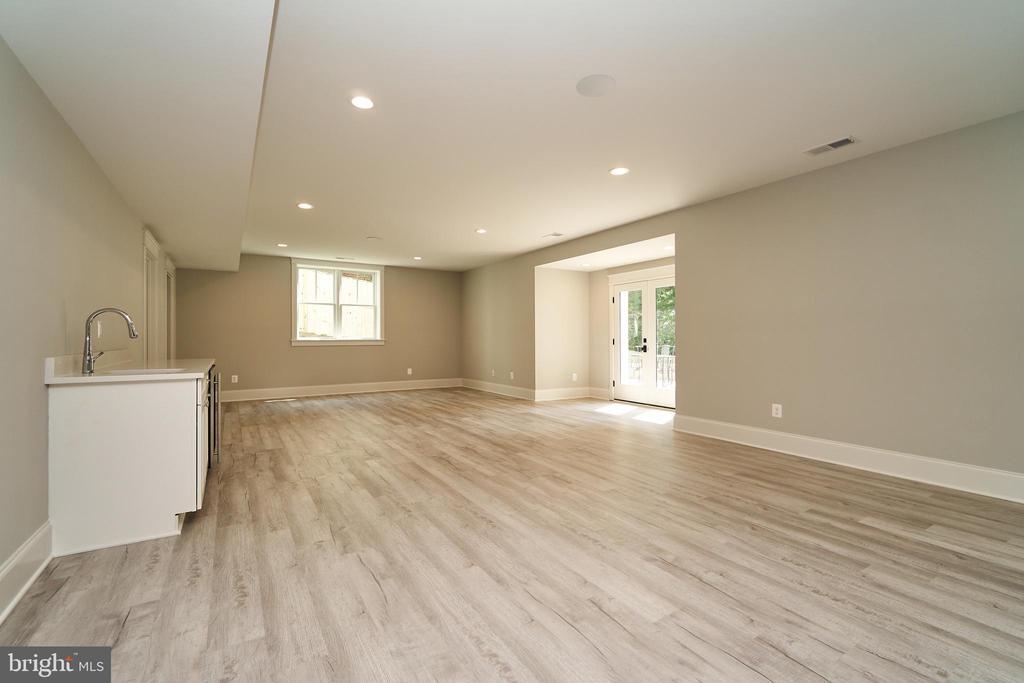 Basement Recreation Room. Luxury vinyl tile floor - 3616 N UPLAND ST, ARLINGTON
