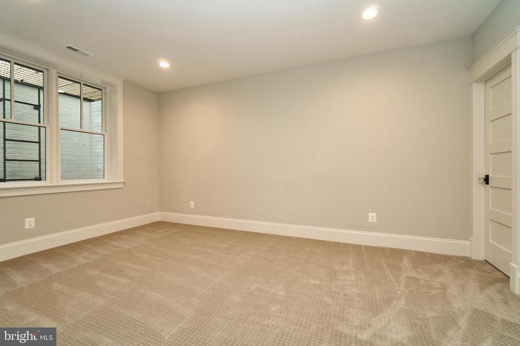 Basement bedroom, en suite. - 3616 N UPLAND ST, ARLINGTON