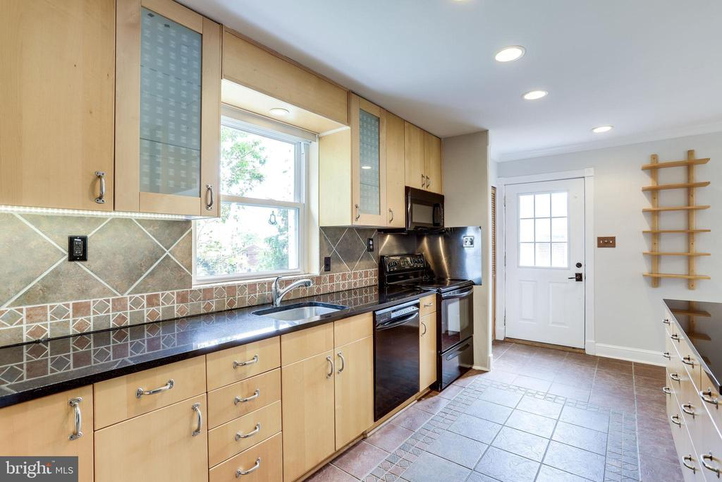 Modern Cabinets and Appliances - 2902 LANDOVER ST, ALEXANDRIA