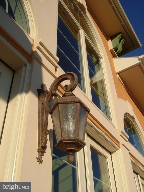 Top-quality  bronze-tinted, lighting fixtures - 120 QUAIL LN, NEW MARKET