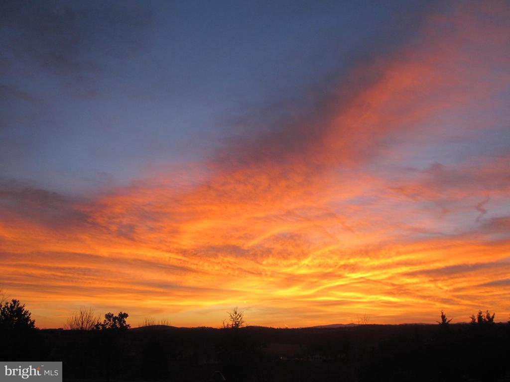 Spectacular western sunsets over the valley - 120 QUAIL LN, NEW MARKET