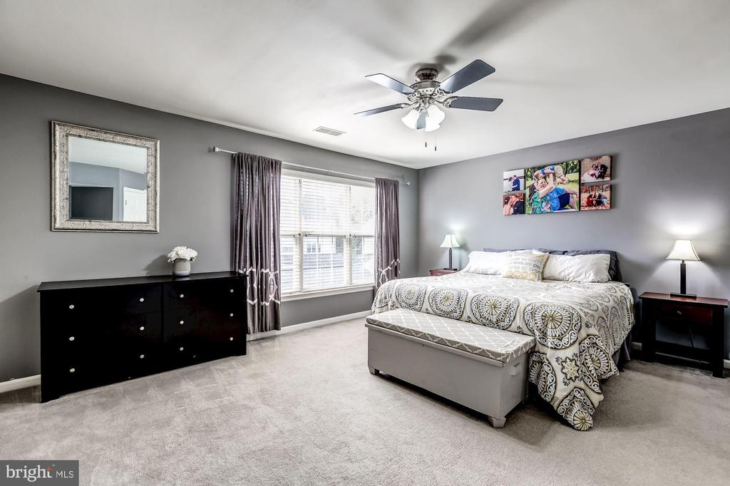 your gonna love this space - 26145 NIMBLETON SQ, CHANTILLY