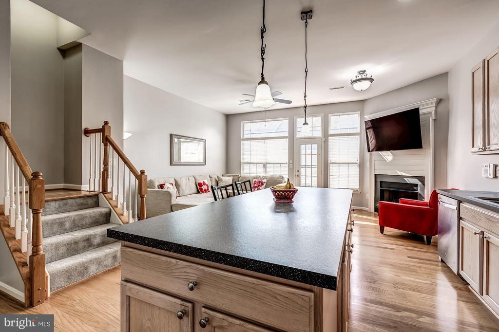 main level kitchen - 26145 NIMBLETON SQ, CHANTILLY