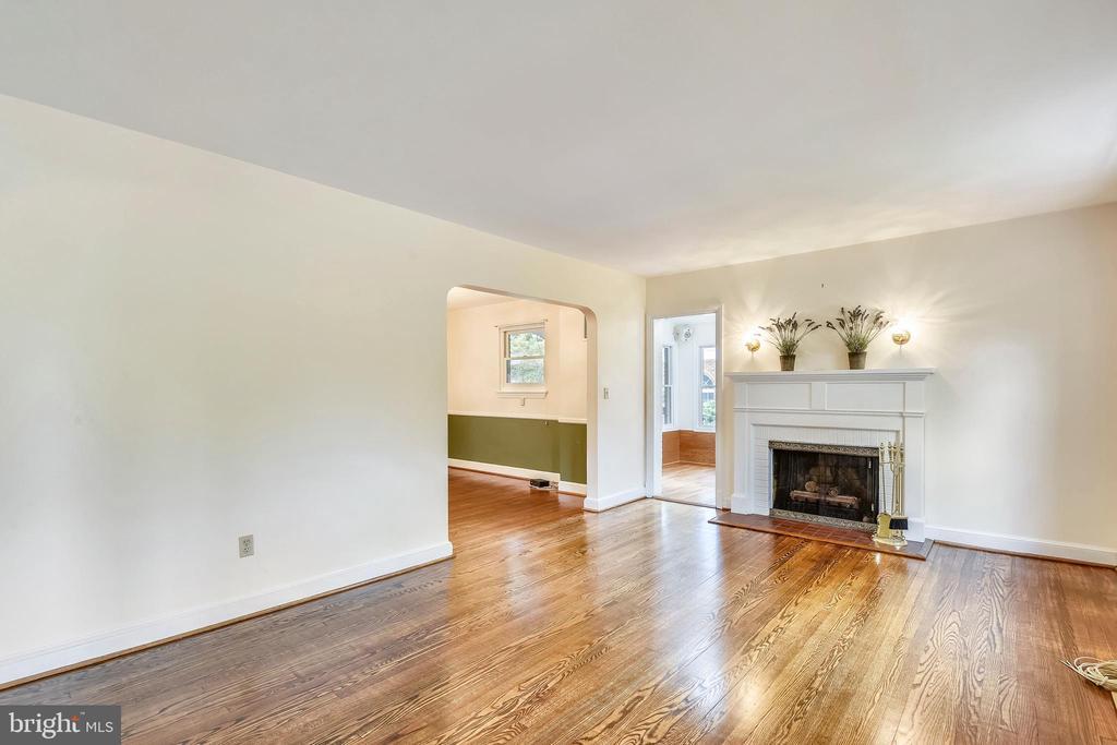Inviting Living Room w/ wood burning fireplace - 912 W BRADDOCK RD, ALEXANDRIA