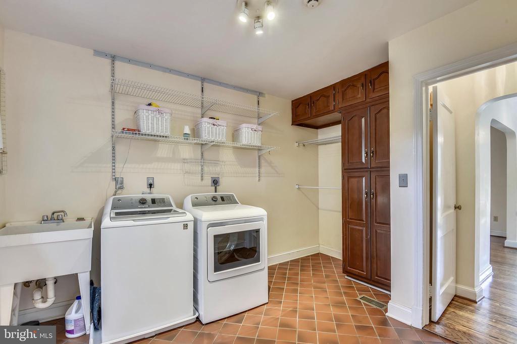 Main level Laundry Room/Mud Room off of driveway - 912 W BRADDOCK RD, ALEXANDRIA