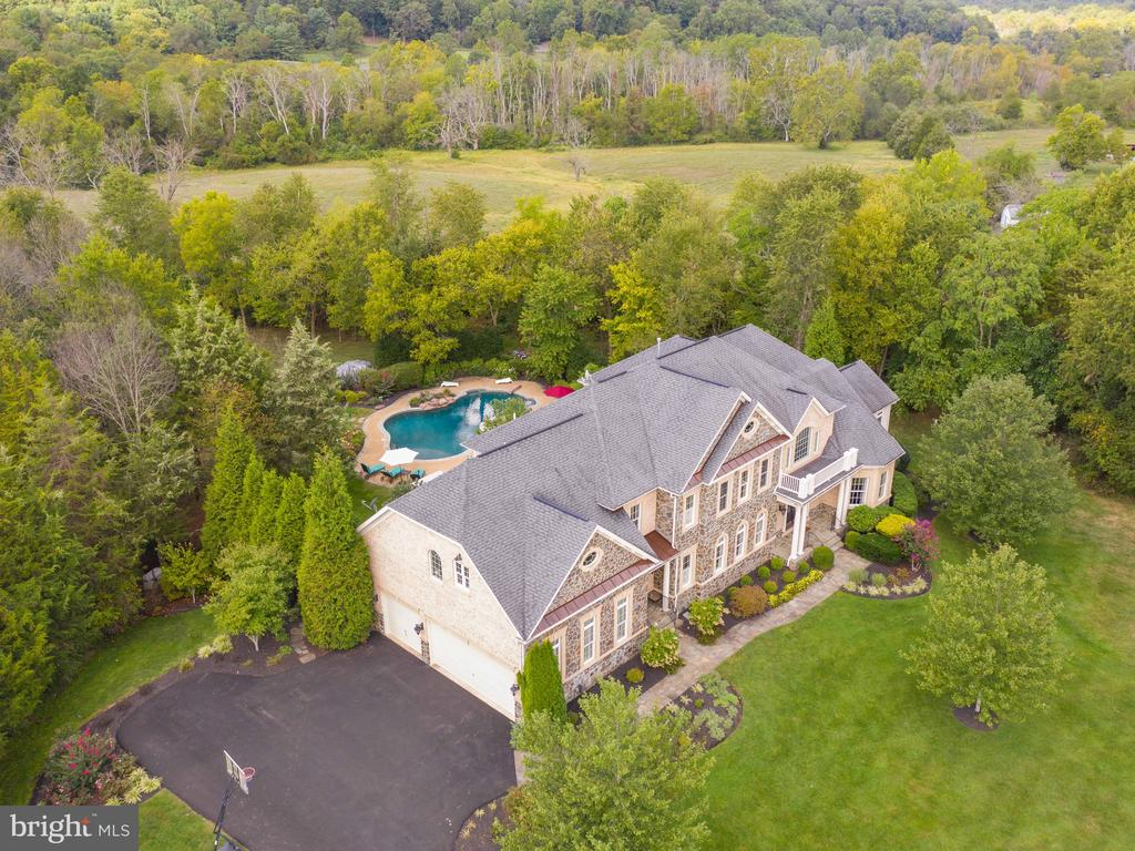 With over 8000+ sq ft of finished space - 23429 ROUNDUP PL, ALDIE