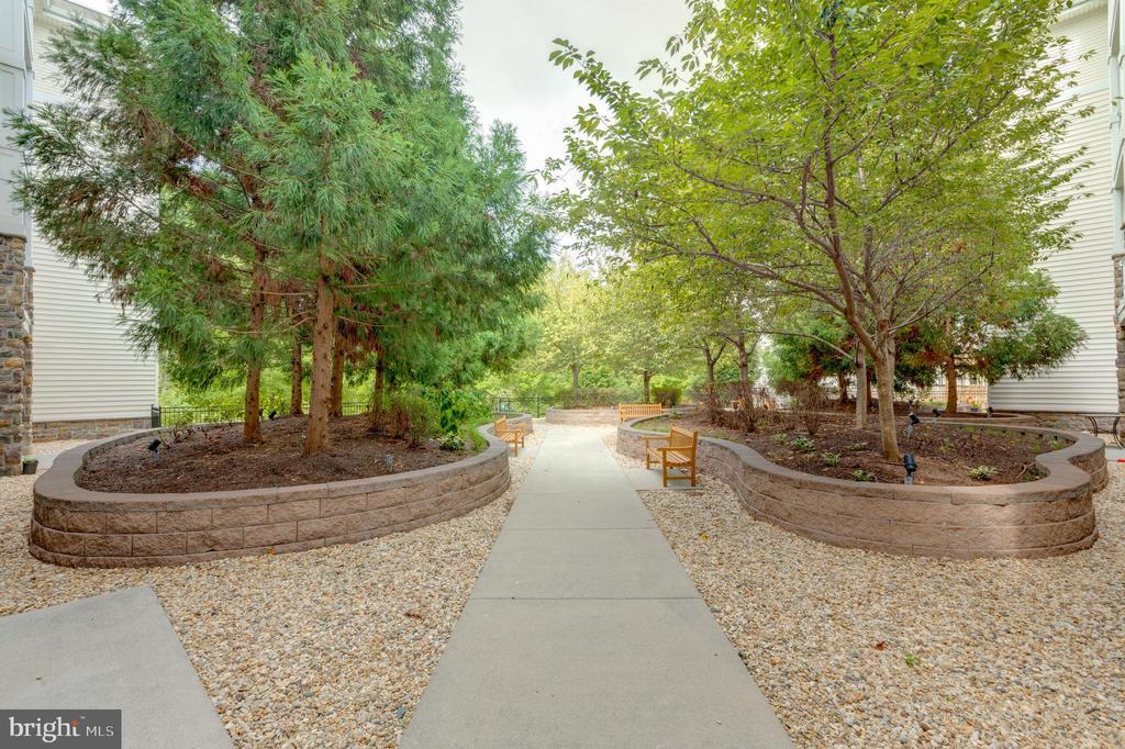 Courtyard view - 24701 BYRNE MEADOW SQ #306, ALDIE
