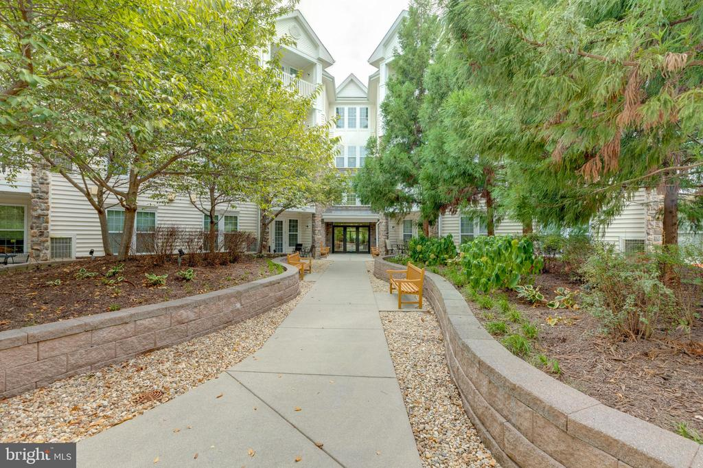 Lovely landscaping - 24701 BYRNE MEADOW SQ #306, ALDIE