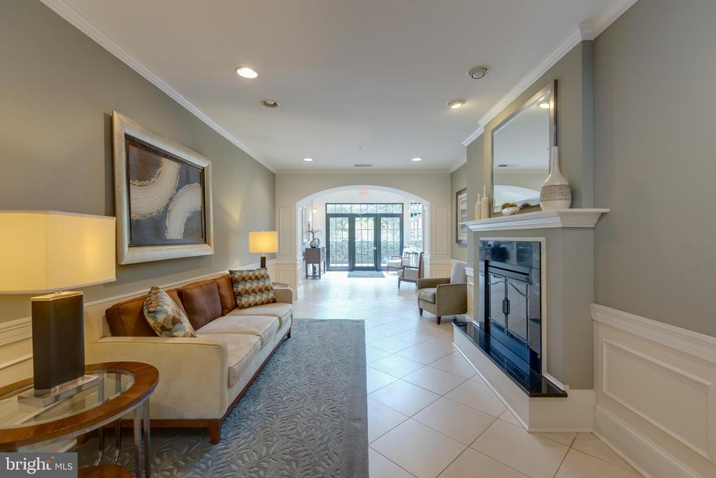 Ample seating and places to meet up with neighbors - 24701 BYRNE MEADOW SQ #306, ALDIE