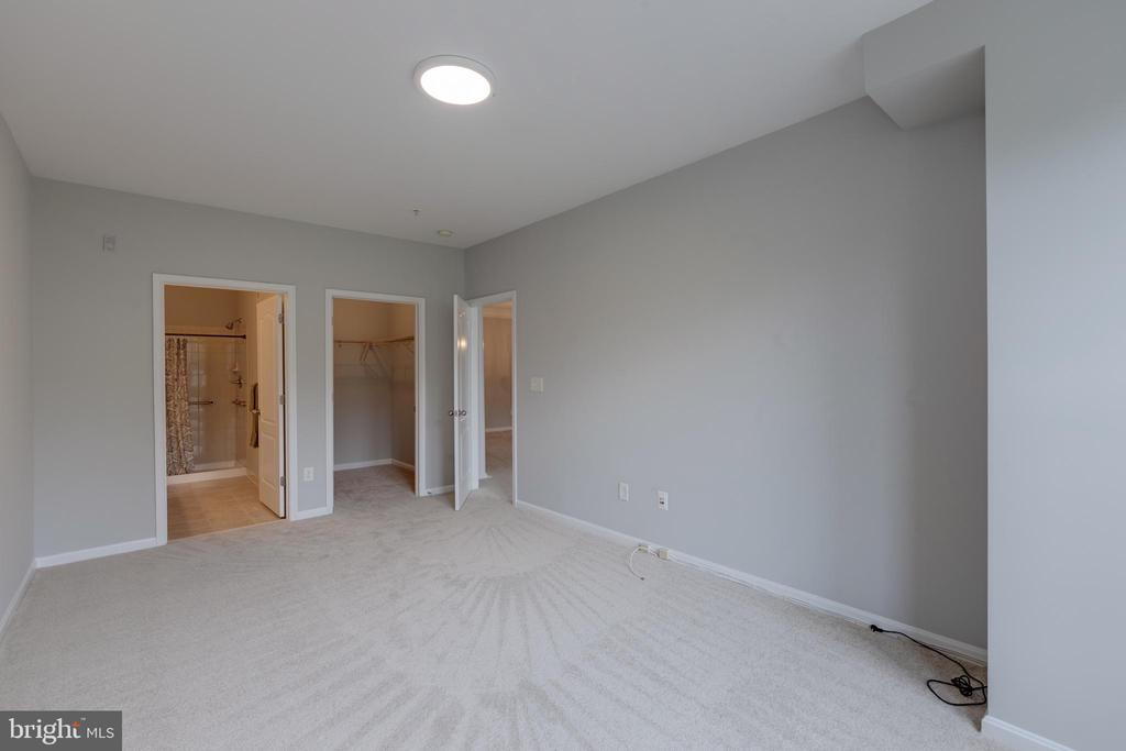 Master Bedroom with attached bath & closet - 24701 BYRNE MEADOW SQ #306, ALDIE