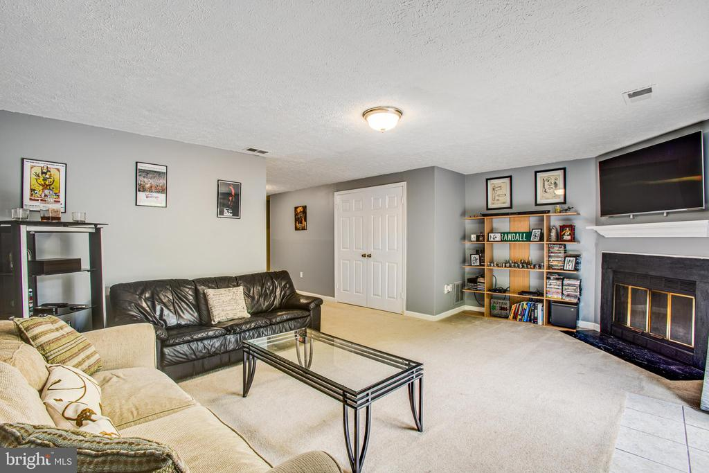 Large rec room space with wood burning fireplace - 15009 BRIDGEPORT DR, DUMFRIES