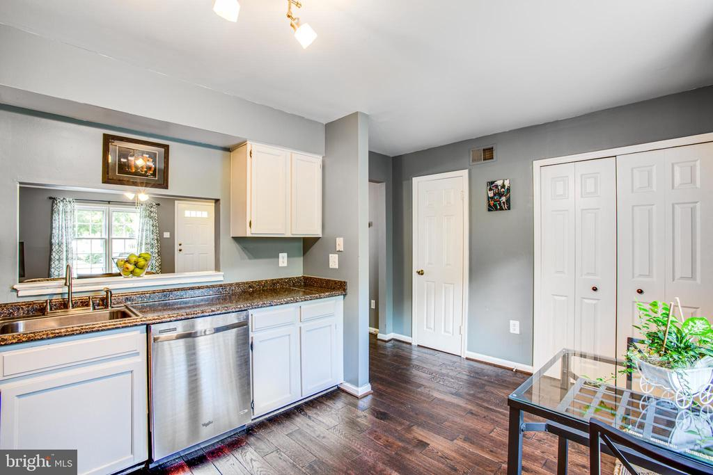 Sunny kitchen & double-door pantry overlooks woods - 15009 BRIDGEPORT DR, DUMFRIES