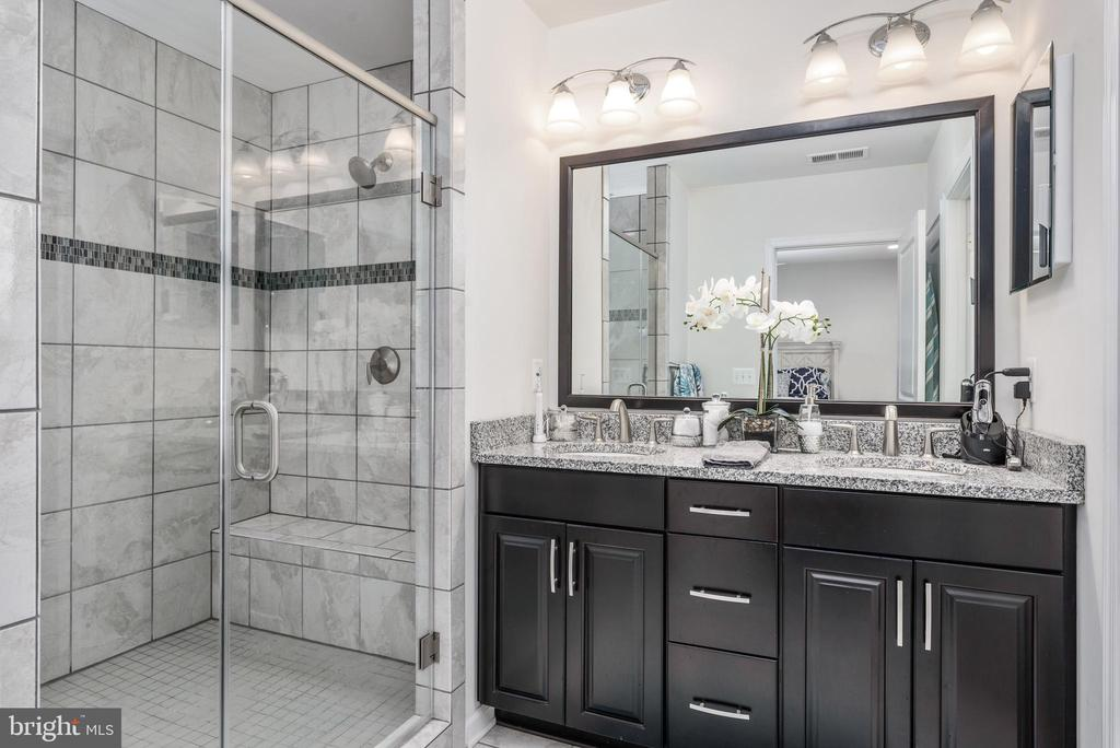 Master bath with 2 shower heads in shower! - 22524 OCEAN CLIFF SQ, ASHBURN