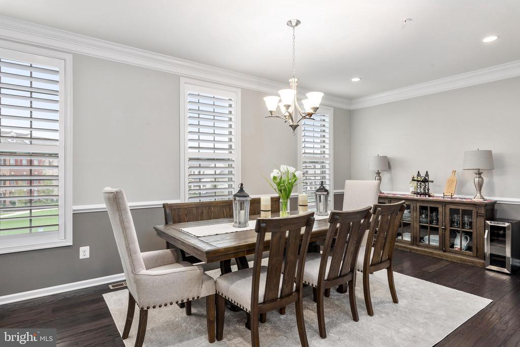 Dining room with chair railing and custom blinds - 22524 OCEAN CLIFF SQ, ASHBURN
