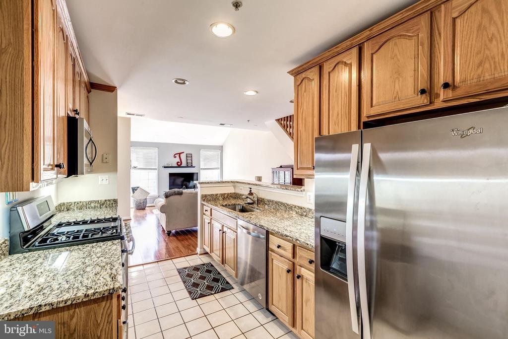 Kitchen - 25220 LAKE SHORE SQ #303, CHANTILLY